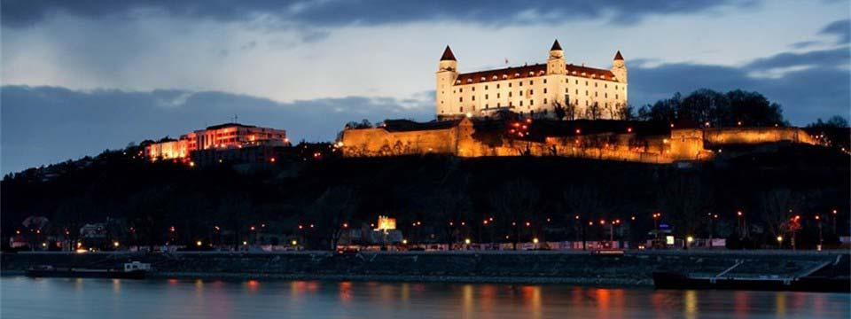 Bratislava castle, Slovakia: Bootstrap carousel change picture size